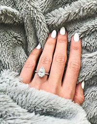 Engagement, engagement ring, engagement ring selfie, ring selfie, how to take the perfect ring selfie, taking the perfect ring selfie, Ring, photo, photos, picture, ring photos, ring photo, perfect engagement ring, perfect engagement ring selfie, engagement ring photo ideas, showing off engagement ring meme, engagement rings, engagement couple ring images, how to take a photo through a ring, engagement ring selfies brides, engagement ring posts